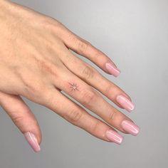 35 Simple But Amazing Finger Tattoos Ideas - Bebeautylife Simple Finger Tattoo, Finger Tattoo For Women, Small Finger Tattoos, Finger Tattoo Designs, Hand Tattoos For Women, Sleeve Tattoos For Women, Tattoo Simple, Sky Tattoos, Knuckle Tattoos