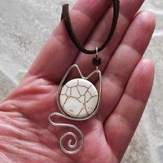 colar com pingente em forma de gato em fio de prata importado com pedra howlita e cordão de camurça sintética
