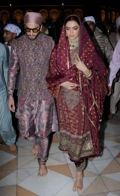 Bollywood's sweethearts Deepika Padukone and Ranveer Singh celebrated their first wedding anniversary yesterday. Indian Dresses, Indian Outfits, Ranveer Singh, Deepika Ranveer, Beautiful Dress Designs, Deepika Padukone Style, Desi Wedding Dresses, Bollywood Designer Sarees, Bollywood Outfits
