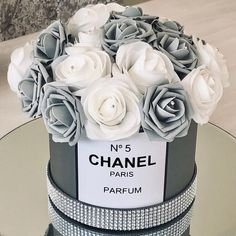 Grey Chanel inspired hatbox with grey and white roses! Dm to order 💜💜. Chanel Dekor, Chanel Bedroom, Chanel Flower, Glamour Decor, Glamour Cake, Mode Poster, Chanel Party, Decoration Chic, Luxury Flowers