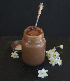 DULCE DE LECHE RELOADED! {crudo, sin lácteos y sin azúcar refinada} Para mí este dulce de leche es irresistible! cremoso, untable, suave y pegajoso... lo como y me dan ganas de ponerme a bailar!  Necesitas pocos ingredientes, una licuadora y en 10 minutos lo tendrás listo. Receta en: http://www.minrebolledo.com :)