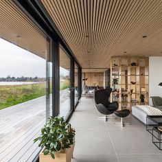 Anette Holmbergs minimalistiske fristed i Nordsjælland – House Architecture Mountain Home Exterior, Timber Ceiling, Casa Patio, Plafond Design, Indoor Outdoor Living, Glass House, Inspired Homes, Ceiling Design, Modern Architecture
