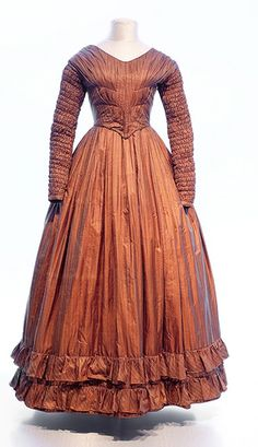 Brown silk dress with ruched sleeves 1800s Fashion, 19th Century Fashion, Edwardian Fashion, Vintage Fashion, Steampunk Fashion, Gothic Fashion, Vintage Outfits, Vintage Gowns, Vintage Mode