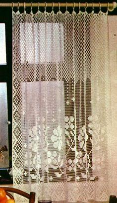 Sono molto belle queste tendine realizzate con l'uncinetto a rete filet. Sono adattabili sia in larghezza che in altezza e quindi posson... Crochet Curtain Pattern, Crochet Curtains, Crochet Cushions, Curtain Patterns, Lace Curtains, Crochet Home Decor, Crochet Art, Crochet Doilies, Handarbeit