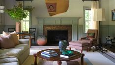 Salón con toque Art Deco Living Room Grey, Living Room Modern, Living Spaces, Living Rooms, Architectural Digest, New York Apartments, Estilo Art Deco, Iron Chandeliers, Wood Interiors