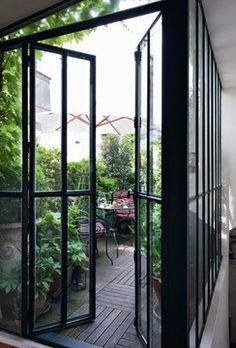 Verrière esprit atelier | L'appartement sous les toits d'un couturier à Paris. In Paris a fashion designer's apartment in an attic.