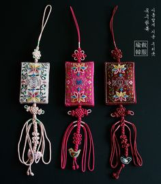 사각매듭노리개 Handmade Jewelry Designs, Handmade Crafts, Korean Accessories, Diy Tassel, Tassels, Chinese Crafts, Korean Painting, Korean Design, Creative Textiles