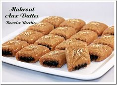 Bonjour tout le bonde, voici la recette du Gâteau Algérien les makrout aux dattes frit et trempés dans le miel parfumé a l'eau de fleur d'oranger, personnelement j'aime beaucoup le makrout que ce soit frit,ou cuit au four(les makrout au four ), voici...