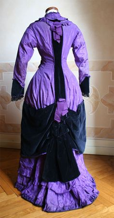 1877 back - Full dress, probably from home in taffeta stripes and purple velvet midnight blue silk. Open at the front two-thirds of its length. ____ (translated from Italian by Google)