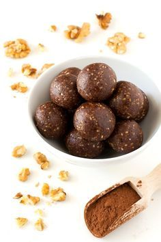 Raw Cacao Bites 21 Three-Ingredient Vegan Desserts That Are As Easy As They Are Delicious Raw Vegan Desserts, Raw Vegan Recipes, Vegan Sweets, Vegan Snacks, Healthy Treats, Healthy Desserts, Vegan Raw, Vegan Dinners, Paleo