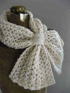 Crochet Scarf Ideas Loopy Lace Scarf By Katie Harris - Free Knitted Pattern - (ravelry) - This one fastens in a similar way to the Ascot, Keyhole or Bow-Knot scarflette, but the fabric is lace instead of garter and the ends are square. Knit Or Crochet, Crochet Scarves, Crochet Shawl, Crochet Crafts, Crochet Clothes, Crochet Projects, Ravelry Crochet, Knit Lace, Knitting Scarves