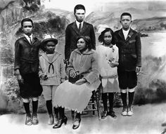 CALIFORNIA – CIRCA 1925: Mallie Robinson (C) poses for a family portrait with her children (L-R) Mack Robinson, Jackie Robinson, Edgar Robinson, Willa Mae Robinson and Frank Robinson circa 1925 in California. Raised in Pasadena, Jackie Robinson (1919-72) went on to be the first African-American to play American Major League Baseball. (Photo by Hulton Archive/Getty Images)