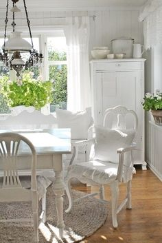White Scandinavian vintage style kitchen dining area by VIBEKE DESIGN. – Newest Rug Collections Shabby Chic Kitchen, Shabby Chic Cottage, Shabby Chic Homes, Shabby Chic Style, Shabby Chic Decor, Shabby Chic Dining, Country Kitchen, Küchen Design, Interior Design