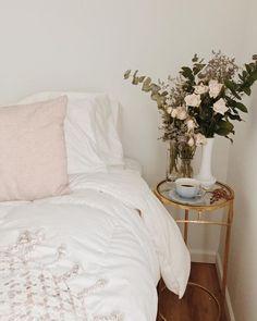 Home decor // white bedroom // coastal living decor // minimal bedroom