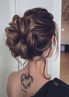 If you're looking for more amazing hairstyles to flaunt on various special occasions then we recommend you to see our latest updos or bun styles for long hair looks in You have to know that updos are also considered top hairstyles for ladies to show Second Day Hairstyles, Top Hairstyles, Easy Hairstyles For Long Hair, Haircuts, Medium Hair Styles, Natural Hair Styles, Long Hair Styles, Selena, Stylish Ponytail