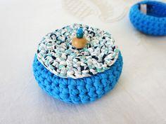 Cesto em trapilho azul com tampa [by fio de coco]