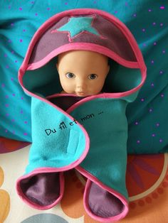 Does blanket baby nomad doll! Knitting For Kids, Sewing For Kids, Sewing Online, Activities For Girls, Dolls Prams, Miniature Crafts, Baby Born, Doll Accessories, Baby Quilts