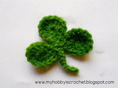 Clover leaf with link to free pattern- written instructions + 4 flower patterns /lilly of the valey . Crochet Puff Flower, Crochet Leaves, Crochet Flower Patterns, Crochet Designs, Crochet Flowers, Crochet Ideas, Crochet Christmas Ornaments, Holiday Crochet, Yarn Flowers