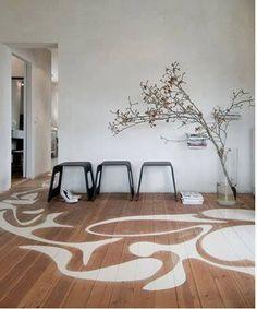 peindre le parquet salon  avec un decor artistique couleur blanc