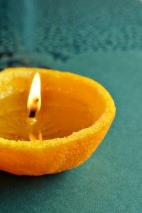 """Teen kynttilän: Halkaise mandariini ja kaiva sisukset ulos, mutta jätä keskelle """"tiitti"""", joka toimii kynttilän sydänlankana. Kaada mandariininkuoren sisälle ruokaöljyä (esim. oliiviöljy) niin, että """"sydänlankaa"""" jää näkyville noin puoli senttiä. Dippaa myös sydänlangan pää öljyyn. Kynttilä ei syty heti, vaan sydänlankaa täytyy ensin """"polttaa"""" melko kauan sytkärin avulla. Kun kynttilä kuitenkin ensimmäisen kerran syttyy, se on seuraavalla kerralla helppo sytyttää uudelleen."""
