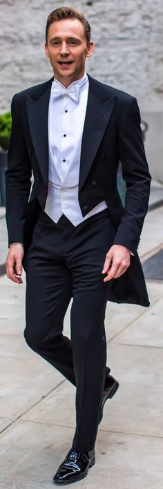 Tom Hiddleston smiles for the cameras as he heads to the Met Gala on May 2, 2016. Full size image: http://ww3.sinaimg.cn/large/6e14d388gw1f3i3solttoj22gi3orx6p.jpg Source: Torrilla, Weibo http://ww3.sinaimg.cn/large/6e14d388gw1f3i3solttoj22gi3orx6p.jpg