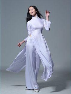 アオザイ(越:Áo dài/襖?)とは、正装として着用するベトナムの民族衣装。 アオ(襖)は上衣の一種を意味する中古音で、ザイ()はベトナム語で「長い」を意味する形容詞。つまり「長上着」となる。「アオザイ」はベトナム北部方言の発音であり、南部方言では「アオヤイ」と発音する。 女性用アオザイの美しさは世界的に認知されており、土産物としても人気が高いが、オーダーメイドが基本