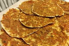 Turkse pizza net als uit de winkel - Apocalypse Now And Then Dutch Recipes, Turkish Recipes, Great Recipes, Snack Recipes, Cooking Recipes, Pizza Wraps, Pita Pizzas, Food Crush, Sandwiches For Lunch