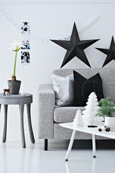 Black stars, pillows on a grey couch Scandinavian Christmas, Modern Christmas, White Christmas, Christmas Time, Xmas, Home Living Room, Living Room Decor, Ideas Decoracion Navidad, Driving Home For Christmas