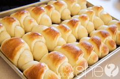 Delicious And Easy Dinner Rolls - I'm always in charge of the bread for the family, I made these for Easter and they said they were the best yet :] Dinner Rolls Recipe, Dinner Recipes, Roll Recipe, Recipe Box, Recipe Ideas, Breakfast Recipes, Do It Yourself Food, Kolaci I Torte, Dinner Rolls