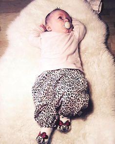 I dag har Ella Eva fået bukserne fra @hustandclaire og bluse fra @Joha på, super lækkert outfit! #baby #babyofinstagram #outfitoftheday #instababy #design #ellanutella #ella #elskeratværemor #fashion #girlsfashion #joha #hustandclaire #minniemouse