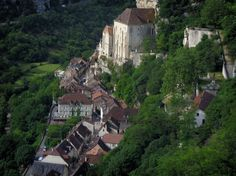 Rocamadour: Sanctuaries, houses of the village and trees, in the Regional Nature Park of the Quercy Limestone Plateaus - France-Voyage.com