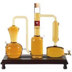Diese dekorative Destille ist ein Blickfang und ein MUSS für jeden Whisky-Fan. Gefühllt mit Old Deer von Langatun. Der «Old Deer» ist unser Klassiker, weshalb er auch mit dem Zusatz «Classic» benannt ist. Es ist ein 100%-iger Gerstenmalz-Whisky, hergestellt aus einer Mischung von ungeräuchertem Gerstenmalz bester Provenienzen und vergoren mit einer ausgesuchten englischen Stout-Hefe. Bereits während der Gärung der Malz-Maische können im Gärkeller mit der Nase zahlreiche vegetabile und… Whisky, Fire Extinguisher, Bottle, Cedar Wood, Brewery, Red Wine, Whiskey, Flask, Jars