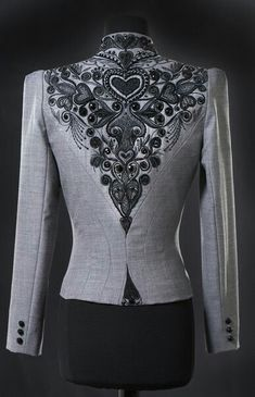 Ensemble anthracite dos Plus Moda Outfits, Modelos Plus Size, Fashion Details, Fashion Design, Gala Dresses, Embroidered Clothes, Cute Jackets, Classic Outfits, Mode Inspiration