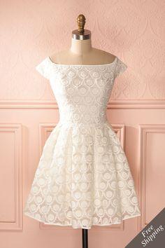Les broderies sont à la féminité ce que la blancheur est à la pureté. Embroideries are for femininity what whiteness is for purity.