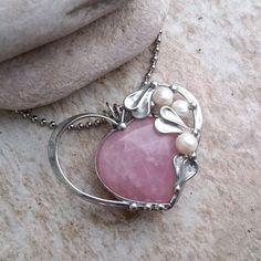 ...GiaNNY+Heart...+náhrdelník+Cínovaný+leštenný+náhrdelník+zkrásně+opracovanéhorůženínu+do+tvaru+srdce+a+korálků+z+říčních+perel+-+třeba+pro+nevěstu.+Náhrdelník+je+leštěný+a+ošetřený+antioxidačním+přípravkem.+Velikost+šperku:+výška+4,3cm,+šířka+cca+5,5cm,+Použitý+materiál:+pocínovaný+měděný+drát,+bezolovnatý+pájka+-+cín+se+stříbrem....