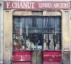 Jolie Boutique de Livres anciens dans Paris. Book Lovers, Boutique, Book Shops, Bookstores, Paris, Antique Books, Montmartre Paris, Paris France, Boutiques