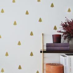Vinilos en forma de abetopara decorar cualquier rincón de tu casa. Son mates y están hechos en España. Los vinilos son perfectos para decorar sin dejarte una fortuna, dando un aire diferente a una pared, puerta o espejo de tu casa. Pero también puedes utilizarlos sobre muebles o jarrones y tanto en interior como en exterior. Elpaquete contiene 6x unidades. Alto: xxcm. Ancho: xxcm.