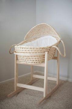 joli lit bébé en rotin, berceau pas cher en bois clair pour votre bébé