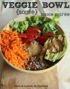 Un veggie bowl composé d'aliments sain et d'une sauce délicieusement sucrée à la cacahuètre