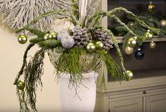 Met een piepschuimbol, blaadjes en speldjes maakt Birgit een leuke, plantaardige ondergrond voor een bloemstuk ... in dit geval een kerststuk!  Ze bekleedt de bol eerst met blad van Eleagnus. Daarna maakt zij de ondergrond op met een dikke vlecht van berengras, dennengroen en kerstballetjes. Het is even een klus om de bollen te bedekken met de blaadjes, maar het geeft een mooi effect en het blijft maanden mooi.