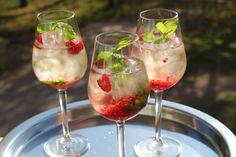 Godmorgon på er! Jag tänkte dela med mig av ett drinkrecepet som är enkelt och riktigt gott! Speciellt en solig varm dag! Den här drinken kan man servera till många, utan att det blir... Alcoholic Drinks, Cocktails, Swedish Recipes, Summer Recipes, Drinking, Bubbles, Brunch, Food And Drink, Dessert