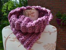Schalkragen aus dicker Wolle in rosa gehäkelt
