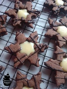 Dough: margarine sugar 1 egg flour 1 packet of chocolate pudding powder . How To Eat Better, Cupcakes, Chocolate Pudding, Dessert Recipes, Desserts, Holiday Cookies, Christmas Baking, Christmas Recipes, Cake Pops