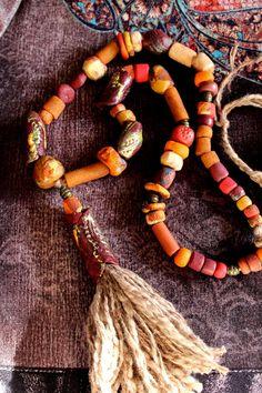 Collier-sautoir chamanique, pendentif totem-chanvre, rustique, ethnique, perles asymétriques en polymère tintée et texturée, création unique