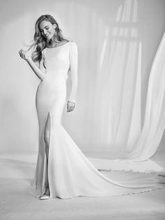 Radley: vestido de novia de escote tipo barco. Espectacular diseño sirena con apertura lateral en crepe monique. Discreto y sofisticado - Pronovias