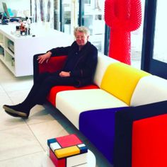 Jan des Bouvrie op zijn 340 sofa voor 100 jaar De Stijl
