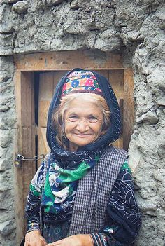 Old Lady Altit village, Pakistan, August 2001 by Ian Cowe - the Kalash are believed to be Greek descendents of Alexander the Great We Are The World, People Around The World, Ancient Aliens, Pakistan, Kalash People, Beautiful People, Beautiful Women, Old Faces, Alexander The Great