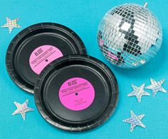 Disco Dance Party... Black plates made to look like albums! Pintar pratos a preto com logos colados.