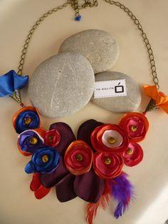 Collar con flores de tela y base de pet reciclado.