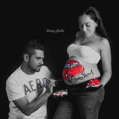 Sesión de maternidad con pancita pintada. Prenatal, embarazo, maternity, painted belly, belly paint, belly art, volkswagen, vocho. Monterrey, Nuevo León, México.